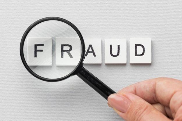 lupa sobre palabra fraude